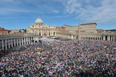 103269_la-place-saint-pierre-du-vatican-a-l-occasion-de-la-beatification-de-jean-paul-ii-le-1er-mai-2011.jpg